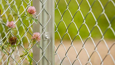 galvanized chain link fence fastened with fastening plate to the aluminium posts